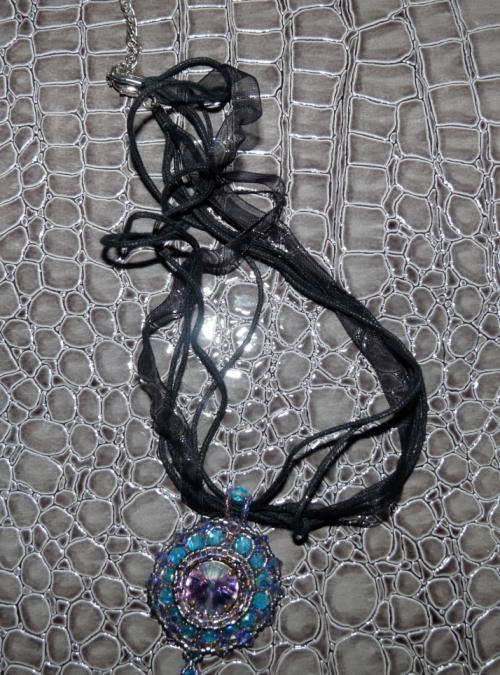 Le pendentif BLUESKY et son collier de rubans