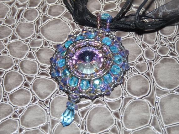 Longueur totale avec chaînette : 47,5 cm et diamètre du pendentif : 3,5 cm