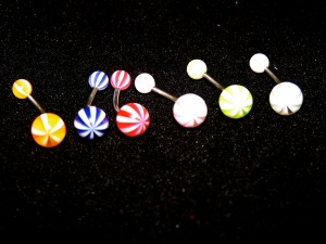 NOMBRIL : Arlequin orange, bleu foncé, rouge, rose, jaune, blanc avec flash