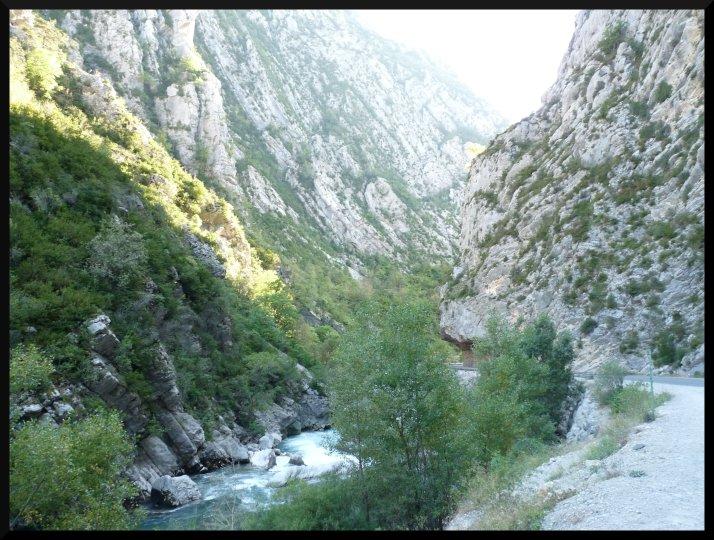Le Verdon passe entre les montagnes sans se fatiguer