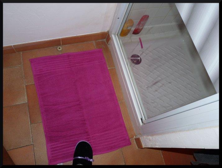 Un tapis de bain rose, hiiiiiiii !