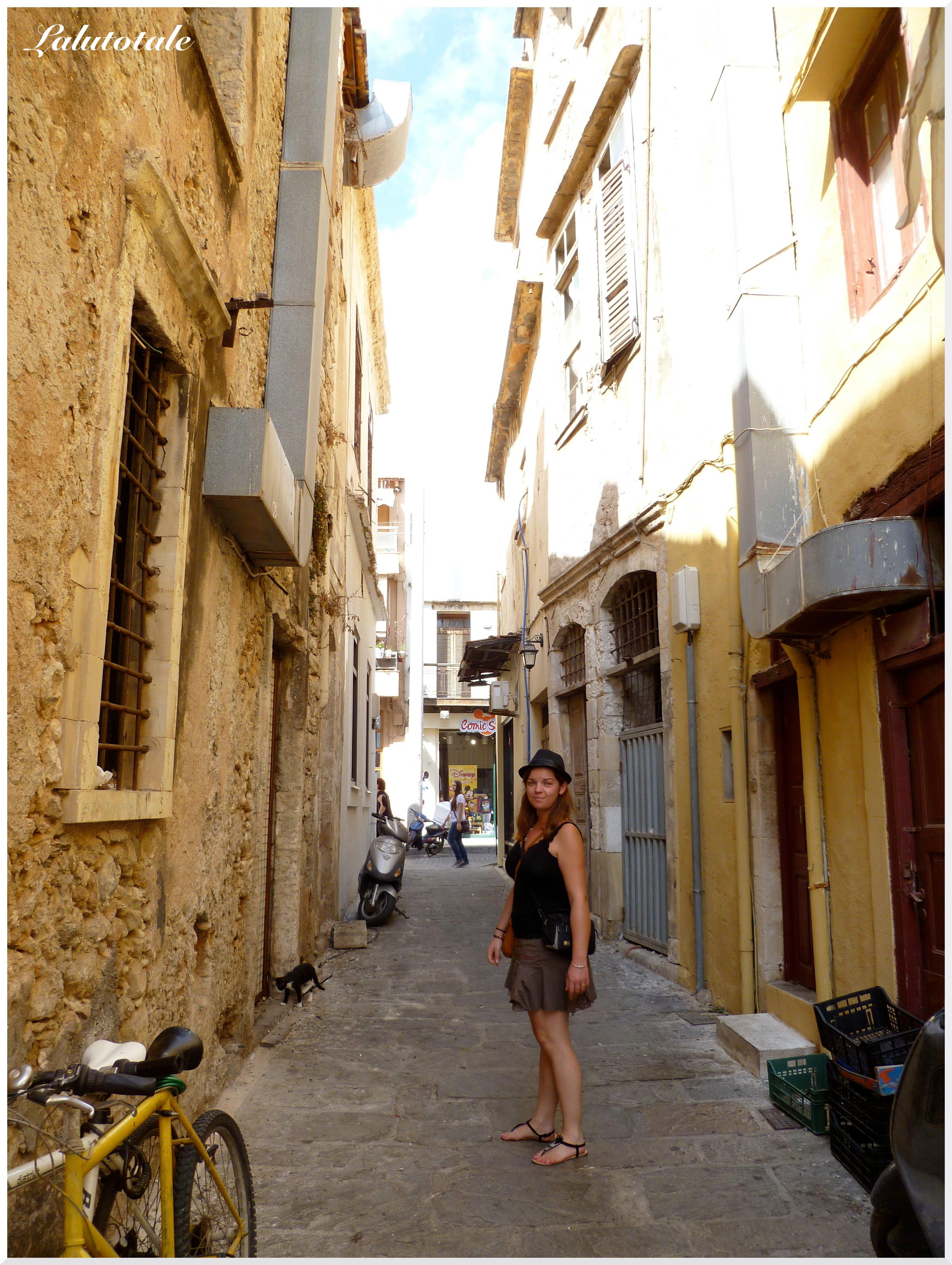 Dans une ruelle déserte, en quête de lunettes et chaussures ^^