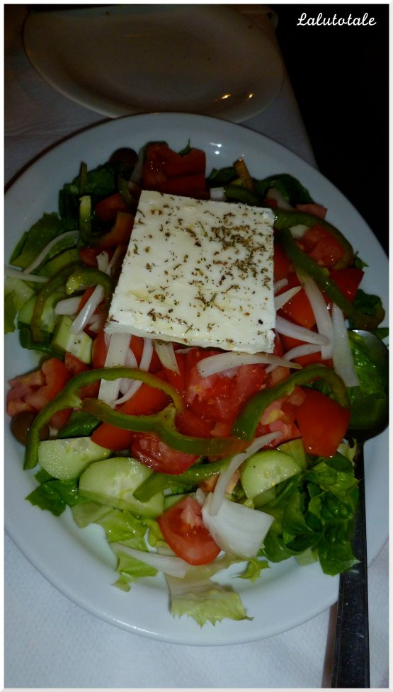 Zoom sur la très copieuse salade grecque